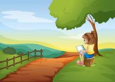 坐在树桩的女孩,当使用膝上型计算机时 免版税库存照片