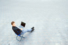 坐在桌上的商人外面 免版税图库摄影