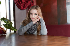 坐在桌上的女孩 免版税图库摄影