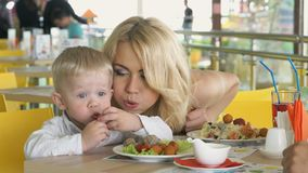 坐在桌上的小孩沉溺用食物 股票录像