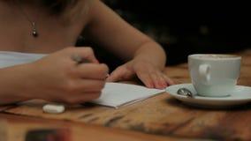 坐在桌上的少妇图画在咖啡馆 股票录像
