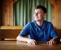 坐在桌上的少年在餐馆 图库摄影