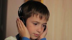 坐在桌上的男孩听到音乐和 影视素材