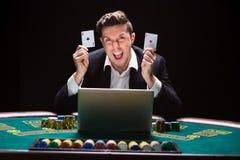 坐在桌上的网上打牌者 免版税库存照片