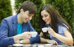 坐在桌上的年轻夫妇 免版税库存照片