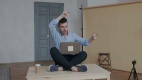 坐在桌的莲花坐的创造性的商人 他形象化他的发展的新的解答 股票视频