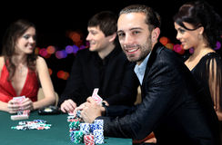 坐在桌附近的球员在赌博娱乐场 免版税图库摄影