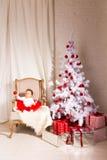 坐在椅子的女孩 圣诞节我的投资组合结构树向量版本 免版税库存照片