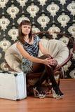 坐在椅子的女孩 免版税库存照片