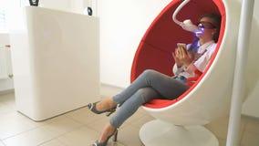 坐在椅子的妇女客户在漂白期间 股票录像
