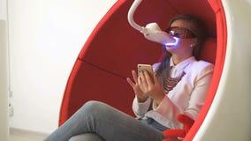 坐在椅子的妇女客户在漂白期间 影视素材