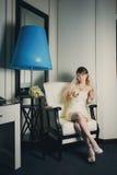 坐在椅子的愉快的新娘 库存照片