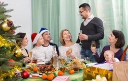 坐在欢乐桌上的多代愉快的家庭 库存图片
