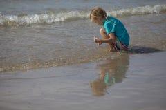 坐在水中的女孩 免版税库存图片