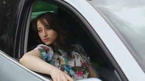 坐在汽车乘客位置,昂贵的豪华驱动的确信的严肃的妇女 股票视频