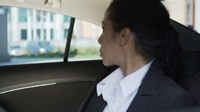 坐在汽车后座,被拉紧的,成功的事业,政客的女实业家 股票录像