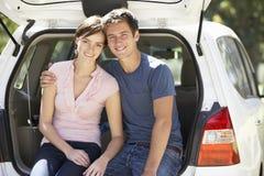 坐在汽车后车箱的夫妇  免版税库存图片
