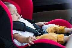 坐在汽车座位的男婴 免版税库存图片