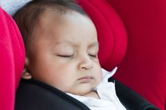 坐在汽车座位的男婴 图库摄影