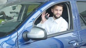 坐在汽车的年轻人把握汽车关键 股票视频