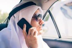 坐在汽车的年轻阿拉伯人 免版税库存图片