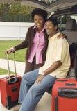 坐在汽车起动的夫妇  免版税图库摄影