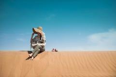 坐在沙漠 免版税库存图片