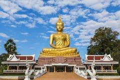 坐在泰国寺庙的大金黄菩萨雕象 免版税库存照片