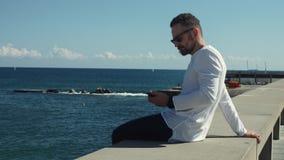 坐在海前面的人在晴天 影视素材