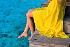 坐在海滩跳船的妇女 免版税图库摄影