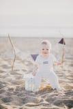 坐在海滩的婴孩 库存图片