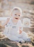 坐在海滩的婴孩 免版税库存照片