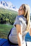 坐在湖fronte的Relax  免版税库存照片