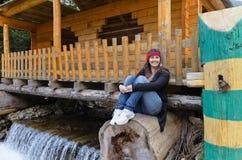 坐在瀑布上的妇女 免版税库存图片