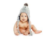 坐在灰色的甜婴孩编织了帽子 免版税库存照片