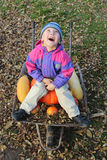 坐在独轮车的男孩 免版税库存照片
