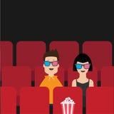 坐在电影院的爱夫妇 影片展示戏院背景 观看在3D玻璃的观察者电影 在红色位子的玉米花箱子 免版税图库摄影