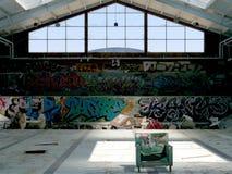 坐在空的被放弃的水池的椅子 免版税图库摄影