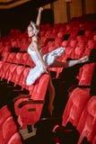 坐在空的观众席剧院的芭蕾舞女演员 免版税库存照片