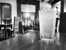 坐在空的餐馆的柠檬水 库存图片