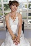 坐在窗口前面的新娘 免版税图库摄影