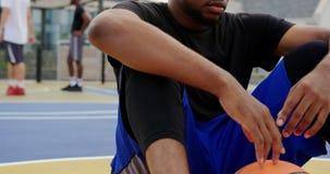 坐在篮球场4k的篮球运动员 股票视频