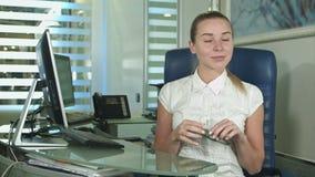 坐在繁忙的创造性的办公室的妇女画象看照相机 影视素材