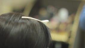 坐在美发师的妇女 股票视频