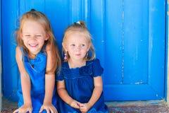 坐在老附近的小可爱的女孩特写镜头  免版税库存照片