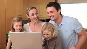 坐在膝上型计算机前面的家庭 股票录像