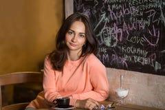 坐在自助食堂的小姐 约会 免版税库存照片