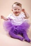 坐在芭蕾舞短裙裙子的小女婴 库存图片