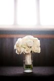 坐在花瓶的花白色花束  免版税库存照片