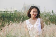 坐在草地的妇女 图库摄影